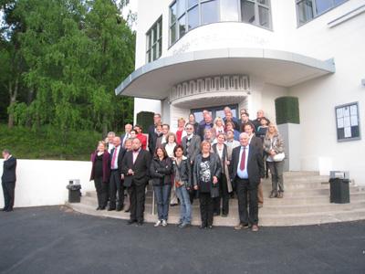 Pamiątkowe zdjęcie przedstawicieli organizacji pacjentów przed hotelem gdzie odbywały się obrady
