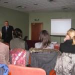 Pan dr Adam Markiewicz opowiada uczestnikom spotkania o profilaktyce i leczeniu chorób nerek