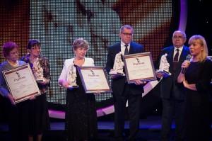 """Nagrodzeni w kategorii """"nagroda specjalna za wybitne osiągnięcia w służbie chorym"""". (Fot. Marta Ankiersztejn, źródło: https://www.prawapacjenta.eu/)"""